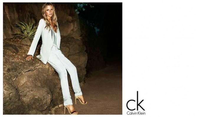 Lara Stone pour la nouvelle campagne printemps-été 2012 de Calvin Klein