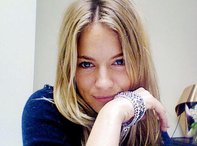 Sienna pose avec le bracelet: totalement son style!
