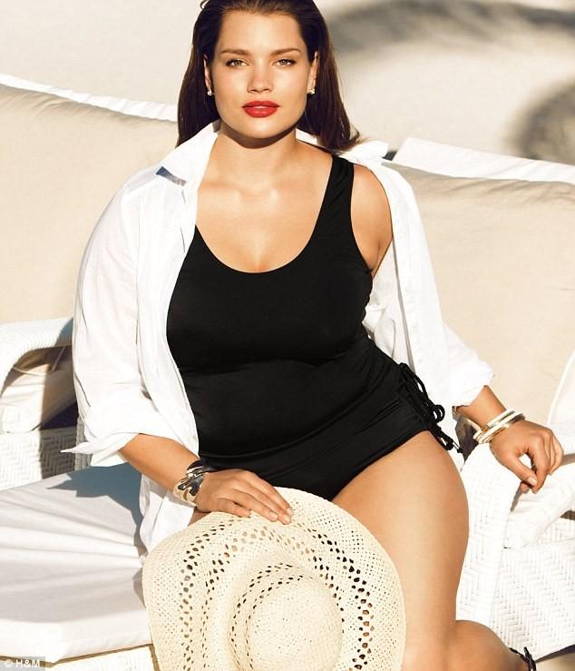 Mode : Le mannequin grande taille Tara Lynn prend la pose pour les maillots de bain H&M !