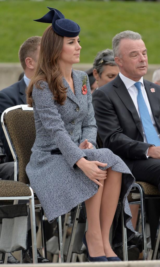 25 Avril - Jour 19 : Départ du couple et retour en Angleterre - Manteau Michael Kors, Bibi Jonathan Howard