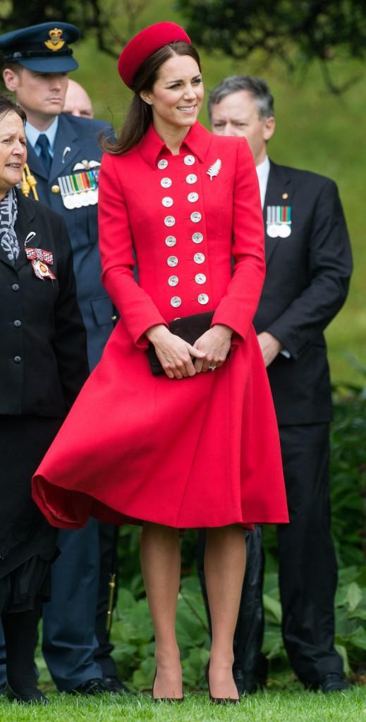 7 avril - Jour 1 : Arrivée de Kate, une robe Catherine Walker et un chapeau Gina Foster
