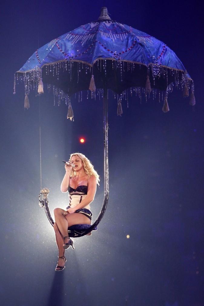 Britney Spears se balance sous la pluie