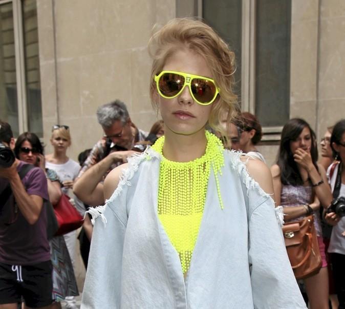 Avec son collier H&M, la it girl russe a ébloui la dernière Fashion Week parisienne.