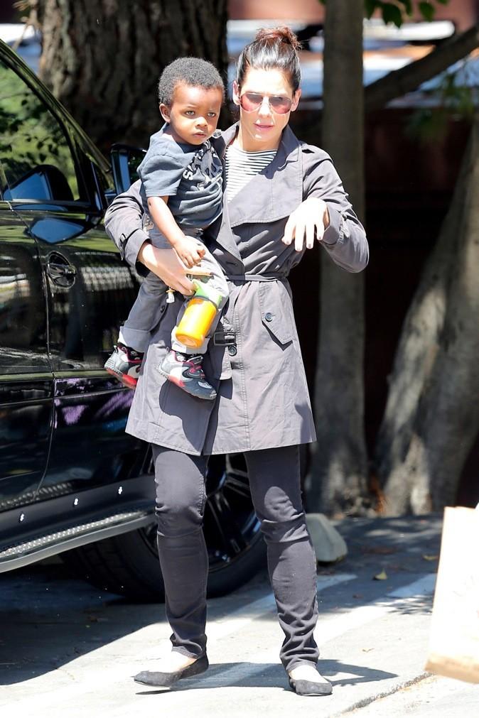 Sandra Bullock récupère son fils à l'école