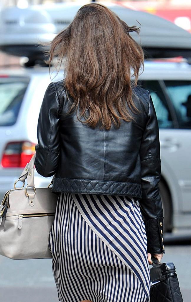 Les fesses de Pippa Middleton tendance en robe rayée !