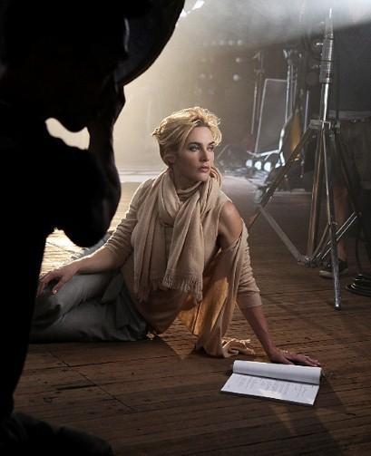 Kate Winslet pour St. John : Cocooning dans son cachemire nude !