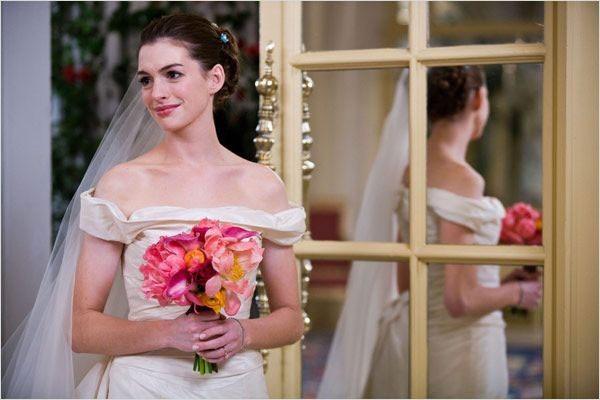 Anne Hathaway, plus classique avec une robe droite beige