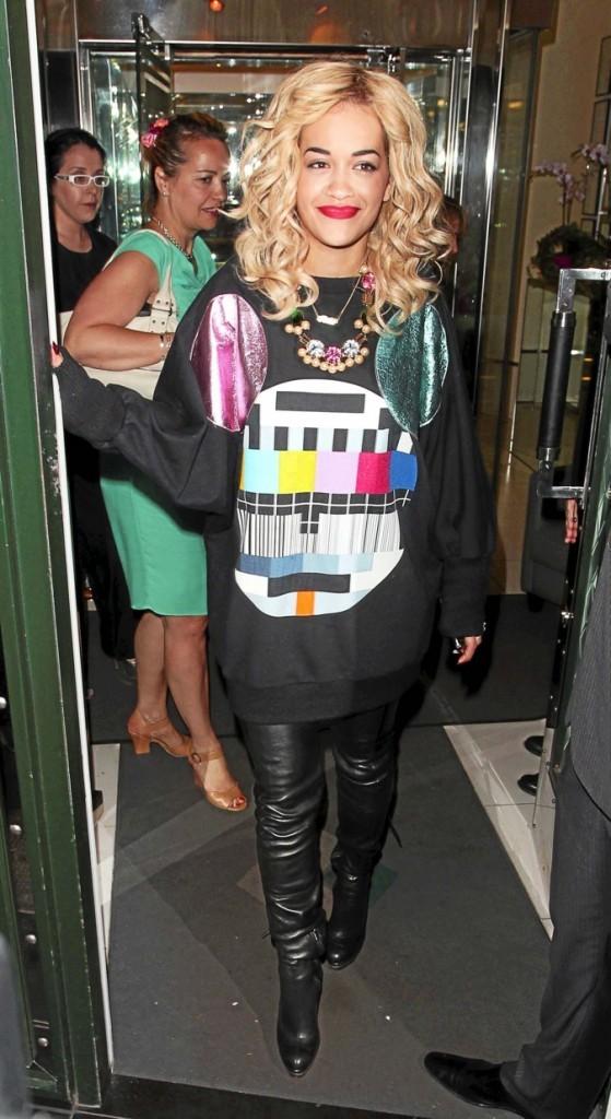 Rita Ora, et paf le pull !
