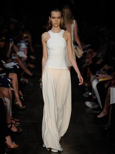 Défilé Victoria Beckham : longue robe élégante