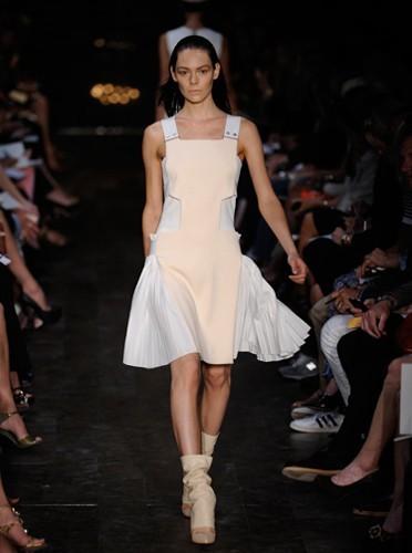 Défilé Victoria Beckham :  robe branchée et originale