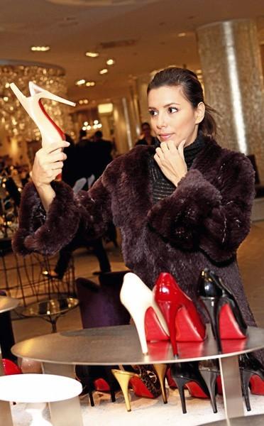 Eva Longoria hésite ... Lesquelles prendre ?