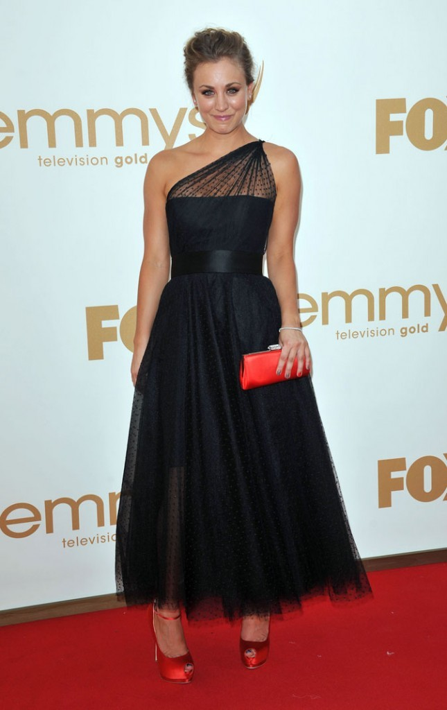 Tendance princesse : la robe asymétrique en dentelle plumetis de Kaley Cuoco (The Big Bang Theory) !