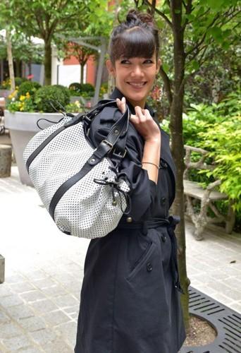 Très fière de sa création, Mélanie pose avec son sac 24 heures !
