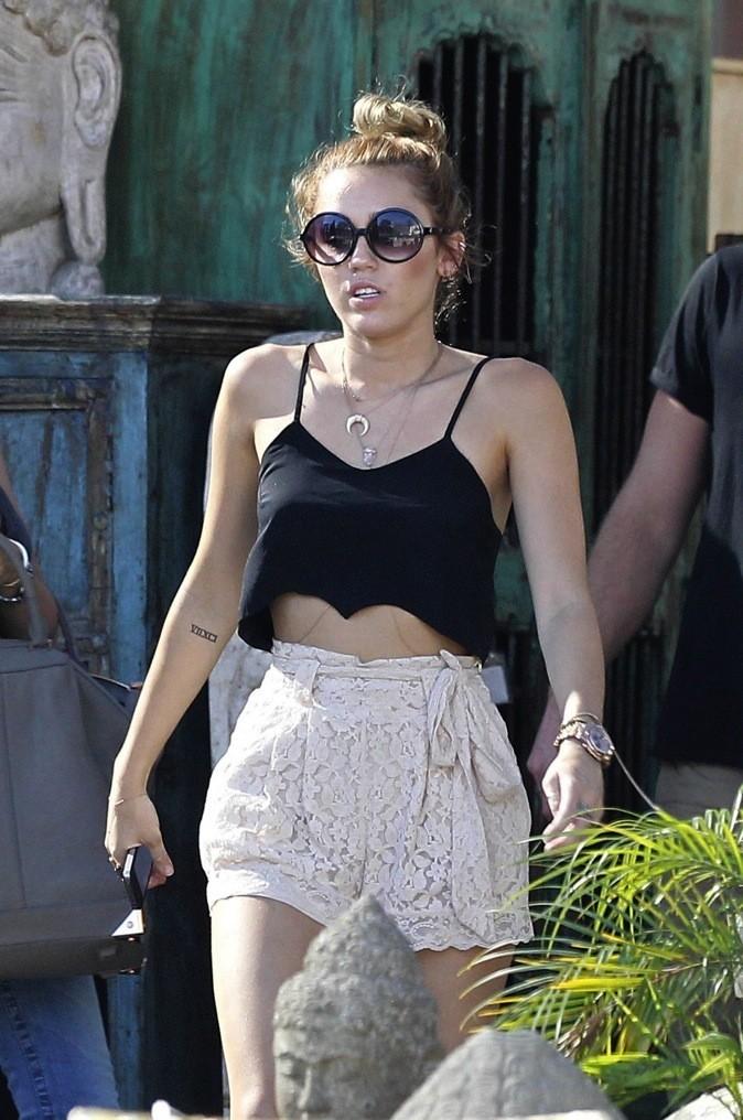Miley Cyrus en crop top chic