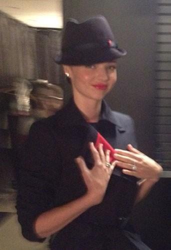 Miranda Kerr aurait-elle designé des uniformes trop serrés pour Qantas ?