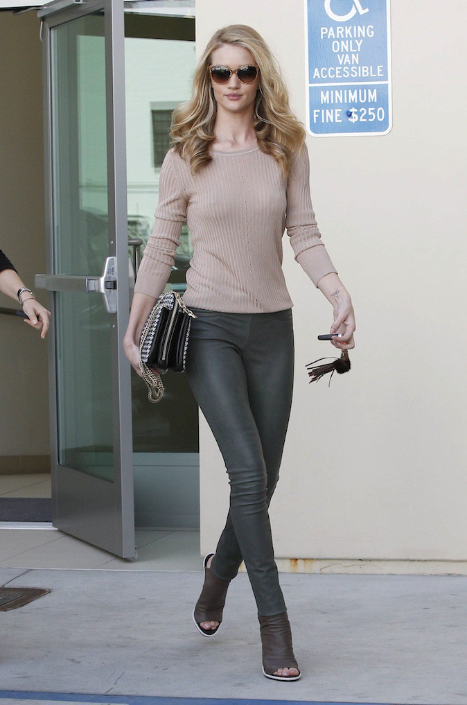Rosie Huntington-Whiteley en pantalon Victoria Beckham