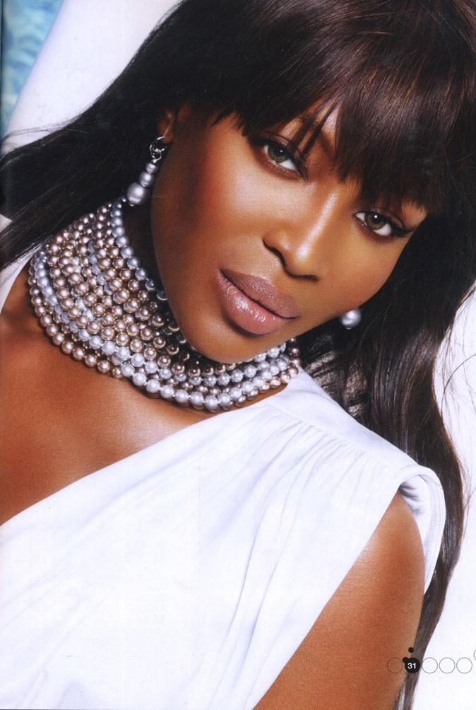 Plusieurs rangées de perles pour la super-model !