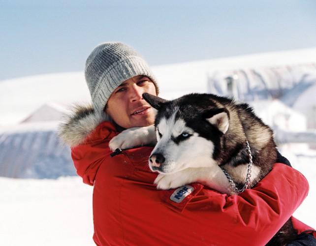 Paul Walker l'ami des chiens sur le tournage du film Antartica en 2006