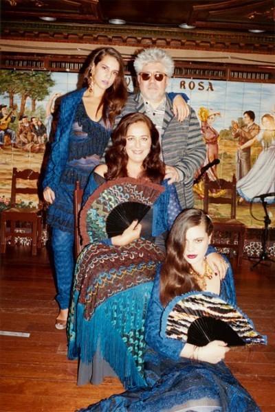 Pedro Almodóvar, Angela Mussoni et ses deux filles, Teresa et Margherita, pour la campagne printemps-été 2012 de Mussoni