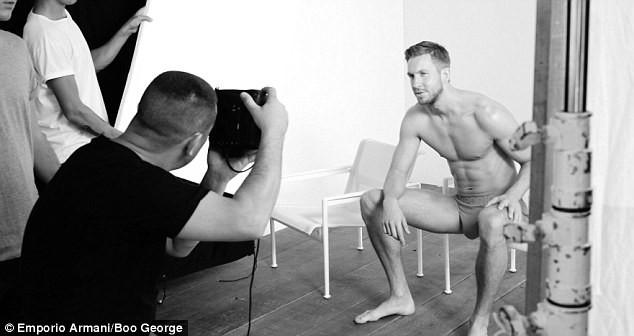 Mode : Photos : Calvin Harris se met a nu pour Armani underwear !