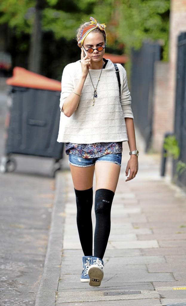 """Look de jour : Chaussettes montantes, jogging imprimé et T-shirt à message rigolo... La """"sale gosse"""" de la mode cultive un look funny-grunge..."""