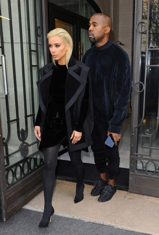 05/03/2015 : Kim se rend au défilé Balmain au Grand hôtel. Mini robe, caban et petits escarpins noirs sont de rigueur !