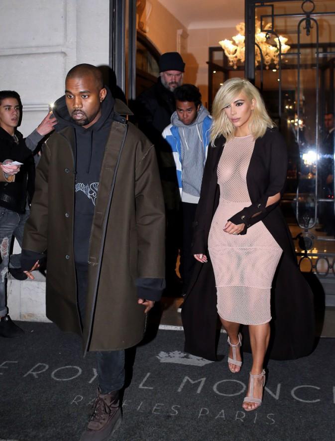 05/03/2015 : Kim se rend au show Lanvin habillée d'une robe rose pâle en résille ... assez transparente !