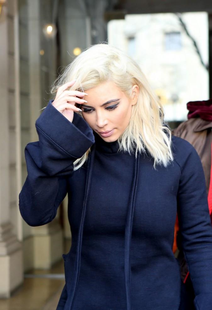 06/03/2015 : Balade en amoureux pour Kim et Kanye. Look décontracte pour Kim : sweat à capuche, pantalon évasé et talons hautes, all in black of...