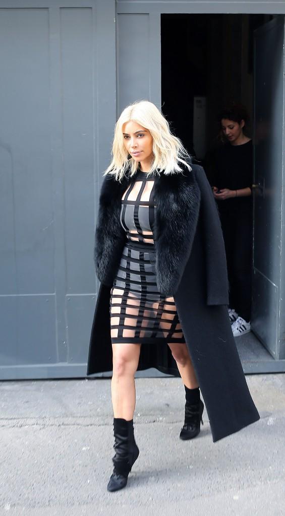 08/03/2015 : Kim sort du Studio Zero à Paris. Elle arborait une robe transparente inspiration bondage et signée Balmain.