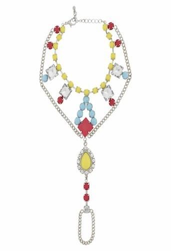 Plastron orné de perles, New Look 17,99€