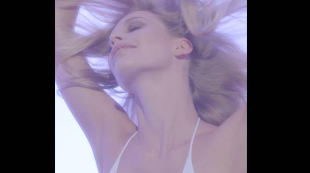 Mode : Poppy Delevingne : danse sexy en maillot de bain et talons hauts pour le Love Advent !