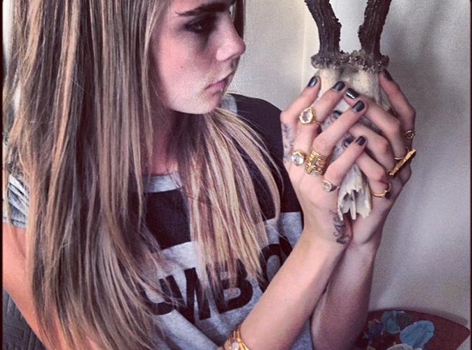 Faites comme Cara Delevingne, suivez la tendance des tatouages de doigts