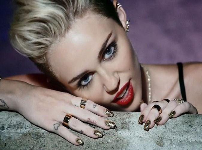 Faites comme Miley Cyrus, suivez la tendance des tatouages de doigts