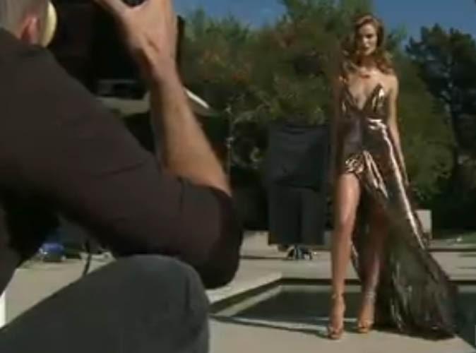 Rosie Huntington-Whiteley pose avec la fameuse robe fendue