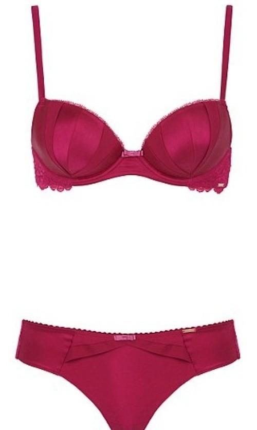 Rosie Huntington-Whiteley : La bombe anglaise se dénude pour faire honneur à sa collection de lingerie !