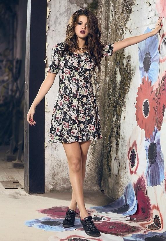 Selena Gomez se la joue femme fatale pour Adidas Neo !