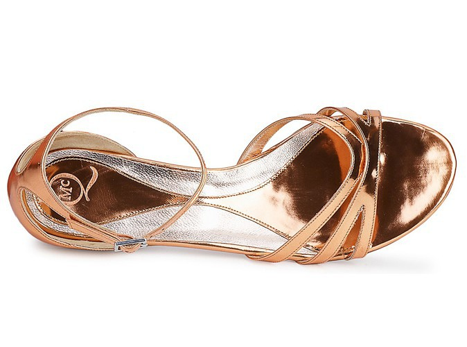 Sandales vieux rose et argent, McQ by Alexander McQueen chez spartoo.com, 299 €.