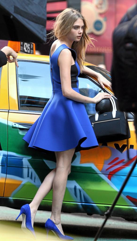 Comme Selena Gomez et Jesse J, Cara Delevingne a adopté le bleu roi !