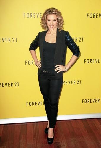 Lorie et son jean slim et ses escarpins de Forever 21.