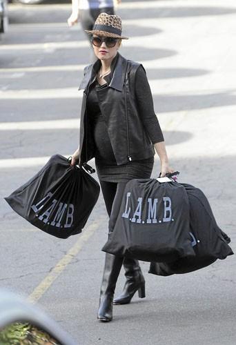 Gwen Stefani : Bouh ! Son ordi a planté, alors elle a dû quand même sortir pour faire ses achats.