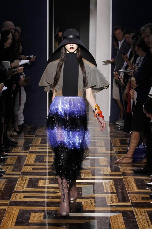 """Le défilé printemps-été 2012 de Balenciaga rendait hommage à Dark Vador et son fameux """"casque"""" !"""