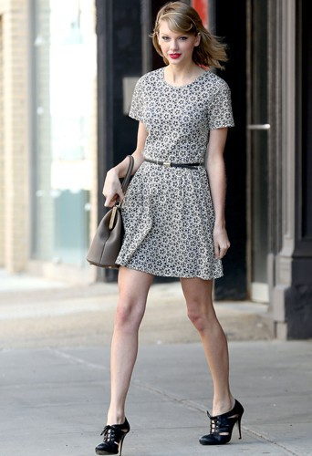 Taylor Swift en robe et Richelieu à talons hauts !