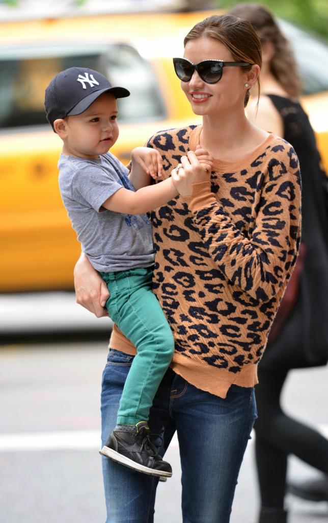 Tout comme son amie Alessandra Ambrosio, Miranda Kerr, opte pour un sweat léopard ! Animalement chic !