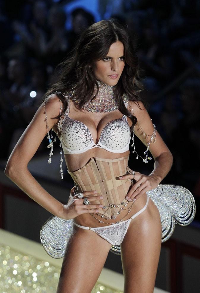 Le corset d'Izabel Goulart au défilé Victoria's Secret !