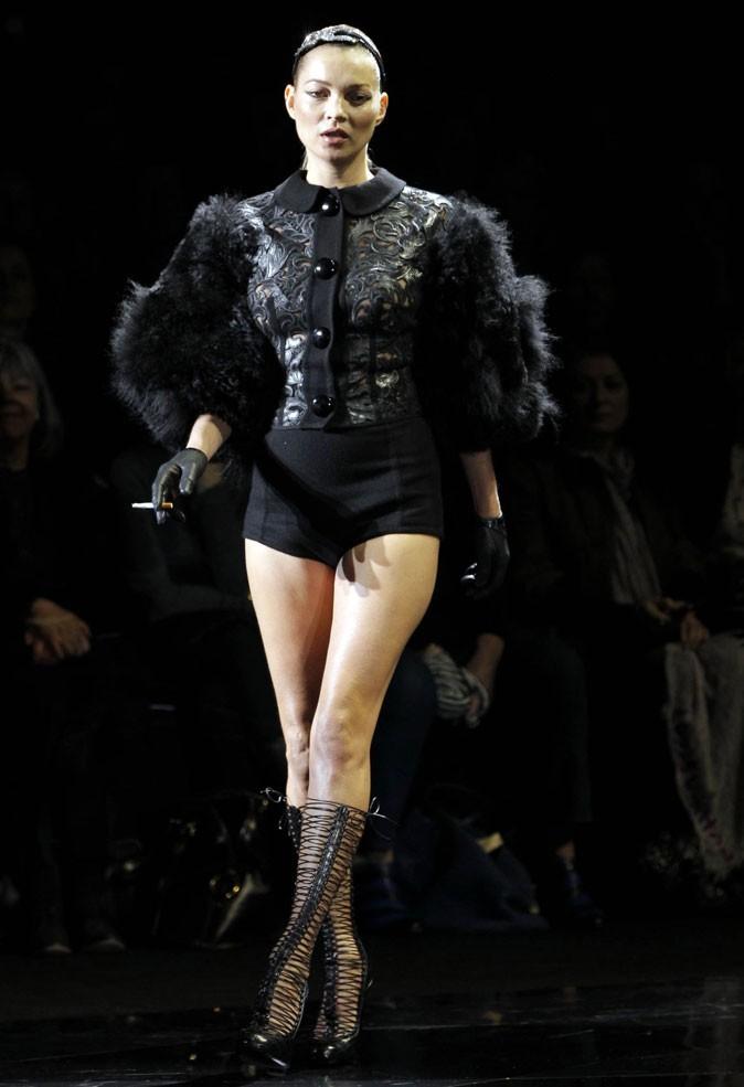 Le corset de Kate Moss au défilé Vuitton!