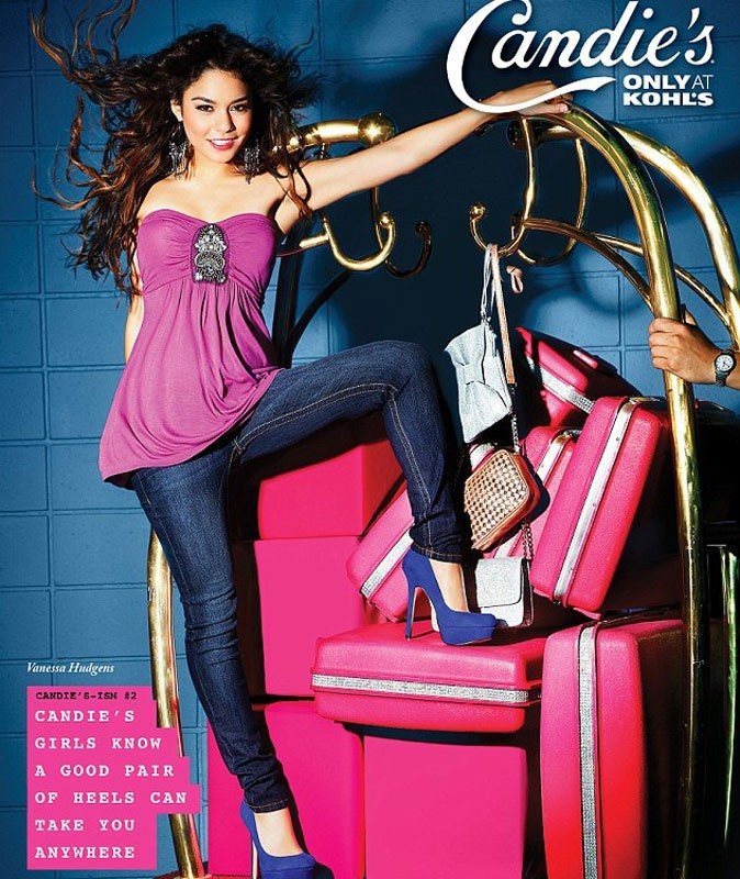 Photos : Vanessa Hudgens pose sur un charriot à bagages d'hôtel, en jean et top rose et talons hauts bleus