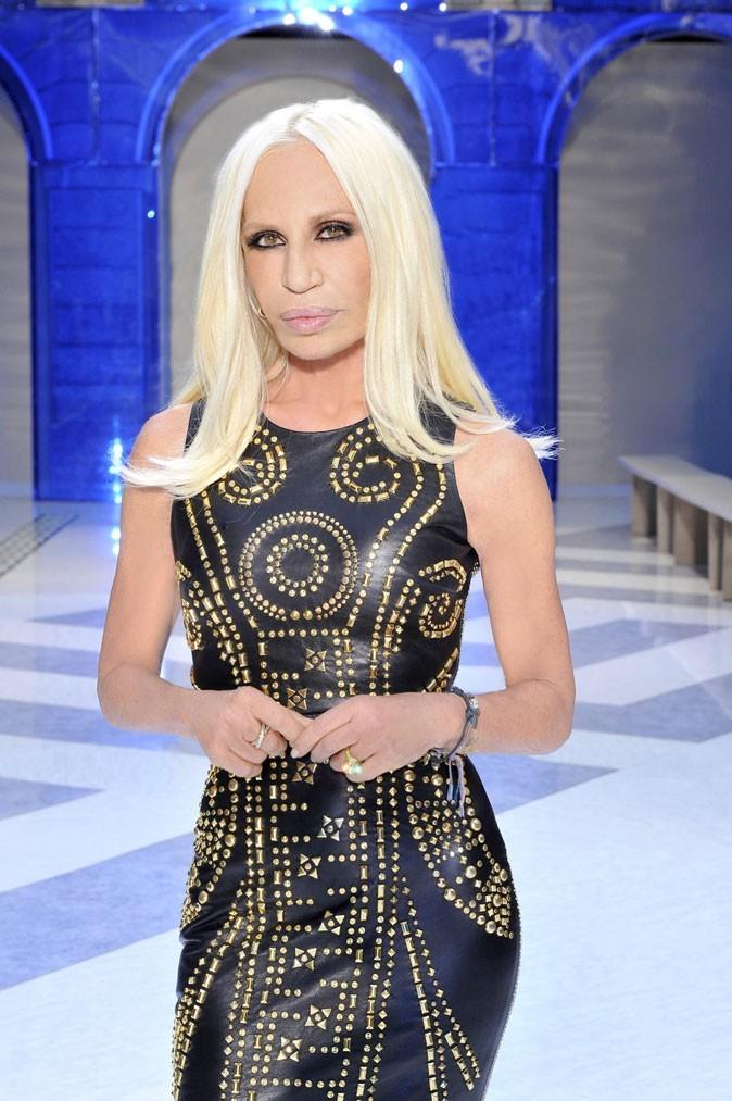 Donatella portant une création Versace by H&M lors du défilé Versace Homme du 20 juin