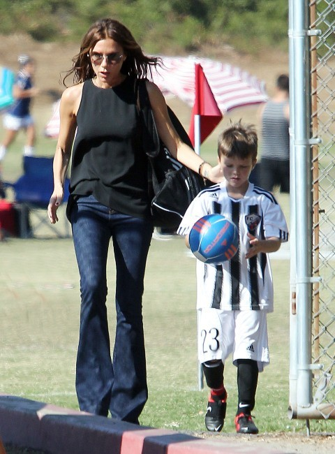 Victoria Beckham va chercher son fils au foot à Los Angeles