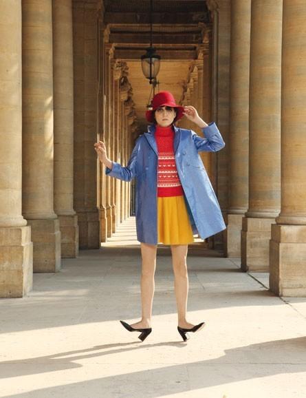 Le manteau ciré bleu et la jupe patineuse jaune de Mademoiselle Tara !