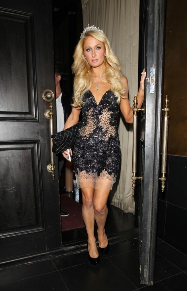 Sexy pouf ? Paris Hilton se prendrait-elle pour une princesse avec sa couronne sur la tête ?